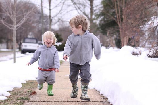 スウェットを着た子ども